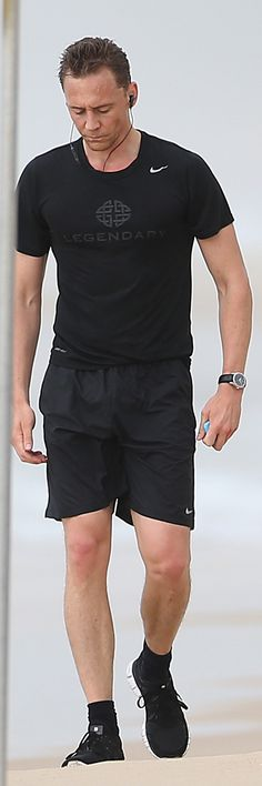Tom Hiddleston seen running along the beach in the rain during his morning run on the Gold Coast on July 18, 2016. Click here for full resolution: http://ww4.sinaimg.cn/large/6e14d388gw1f5xt35ncgpj230r20ikjl.jpg Source: Torrilla, Weibo