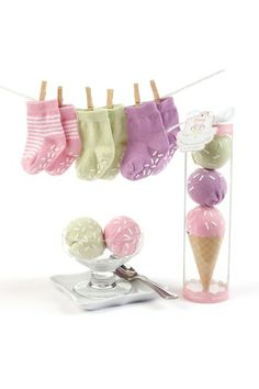 WANT!!!  baby socks that come packaged as an ice cream cone.  so sweet!