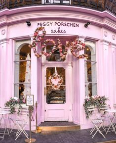 Let's have coffee on Valentine's Day at Peggy Porschen Cakes in London, England Bakery Shop Design, Peggy Porschen Cakes, Deco Restaurant, London Cake, Chelsea London, Cake Makers, Shop Fronts, Cake Shop, Cafe Interior