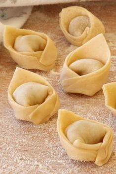 Tortellini fatti in casa ricetta facile Tortellini In Brodo, La Trattoria, Pasta Recipes, Cooking Recipes, Pasta Casera, Homemade Ravioli, Cookout Food, Best Italian Recipes, Fresh Pasta