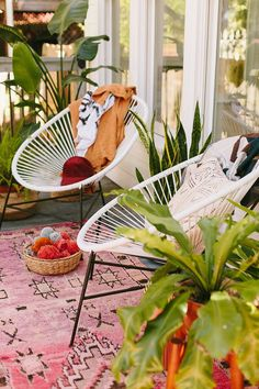 Throw a cozy and stylish campfire craft night with these DIY ideas for entertaining, decorating, and DIYing the night away by a campfire. Garden Chairs, Balcony Garden, Garden Sofa, Small Balcony Decor, Balcony Decoration, Balcony Design, Acapulco Chair, Modern Outdoor Living, Nachhaltiges Design
