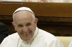El papa Francisco sonríe a su llegada para una cumbre de dos días de jueces y magistrados crontra el crimen organizado y la trata de personas, en el Vaticano, el viernes 3 de junio de 2016. (AP Foto/Gregorio Borgia)