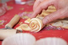 Ruusupulla on juhlapöydän kaunein leivonnainen – Ruususuu ja Huvikumpu Icing, Peanut Butter, Low Carb, Keto, Desserts, Foodies, Kitchens, Ginger Beard, Tailgate Desserts