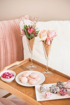 Amazing Valentine Theme Party Decoration Ideas - Valentine's birthday by its very nature naturally fits be a remarkable festival. Hold onto the day and make your extraordinary Birthday Valentine feel. Valentines Day Food, Funny Valentine, Roses Valentine, Valentine Theme, Valentines Day Decorations, Valentines Day Tablescapes, Pink Decorations, Brunch Party Decorations, Valentinstag Party
