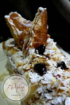 Απίθανο μιλφέιγ με τραγανά καραμελωμένα φύλλα Greek Recipes, Camembert Cheese, Waffles, Deserts, Food And Drink, Cookies, Breakfast, Cake, Ethnic Recipes
