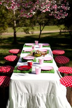 Precious. Notice the grass placemats. Perfect for a little girl's bday party.