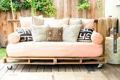 A DIY Daybed For a Steal! This DIY shipping-pallet daybed has a rustic, industrial vibe. Related posts: Outdoor Daybed DIY Project – perfect outdoor sofa and daybed! Pallet Daybed, Diy Daybed, Outdoor Daybed, Outdoor Pallet, Diy Sofa, Daybed Couch, Outdoor Seating, Pallet Seating, Garden Pallet