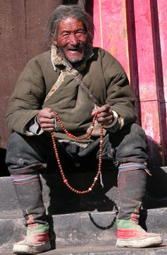 Tashilhunpo Monastery in Shigatse, Tibet World Religions, World Cultures, Beautiful Men, Beautiful People, Nomad Fashion, Unique Jobs, Himalaya, Tibetan Buddhism, Pilgrim