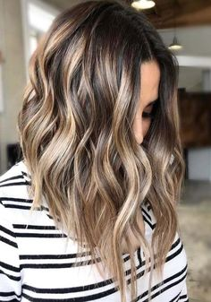 Your locks lack some delicate tints! Have you discovered that balayage or ombre hair colors can make you look unique? Come and look for the trendy balayage and ombre hair highlights for 2019 at TheTrendyHairstyles. Blonde Balayage Highlights, Hair Color Balayage, Light Brown Highlights, Blonde Balayage On Brown Hair, Medium Balayage Hair, Caramel Highlights, Long Bob Balayage, Brunette Highlights Summer, Lob Ombre