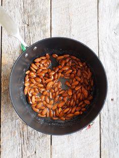 BRENTE MANDLER - Mat På Bordet Beans, Vegetables, Desserts, Food, Tailgate Desserts, Deserts, Vegetable Recipes, Eten, Veggie Food