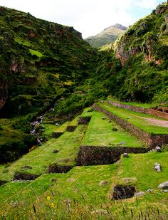 Ollantaytambo archeological site in the Sacred Valley of the Incas, Peru (by enricoerriko).