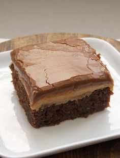 Peanut Butter Fudge Cake The peanut butter filling couldn't be simpler. It's peanut butter. Spread it on the cake while it's still warm, and the peanut butter will make a lovely, tasty layer between the Peanut Butter Fudge Cake, Peanut Butter Recipes, Peanut Cake, Chocolate Peanut Butter Cupcakes, Sweet Recipes, Cake Recipes, Dessert Recipes, Healthy Recipes, Simply Recipes