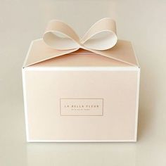 Graphic design packaging Beatiful cake box, cake box with handle Cake Boxes Packaging, Baking Packaging, Dessert Packaging, Cookie Packaging, Food Packaging Design, Pretty Packaging, Packaging Design Inspiration, Gift Packaging, Bakery Box