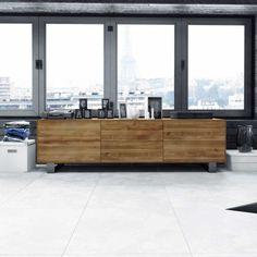Hochwertiges, modernes Lowboard aus Eiche Massivholz in schlichter Optik ohne Griffe - dieses niedrige Möbel passt zu vielen Einrichtungsideen und ist vielseitig in diversen Räumen einsetzbar. Sie suchen ein Qualitätsmöbel im puristischen Design, dann schauen Sie dieses an!