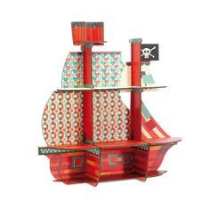 A l'abordage ! Ce bateau de pirate est une étagère en bois revisitée par Djeco pour exposer tous les petits trésors des enfants. Montage rapide et facile sans clou ni vis !