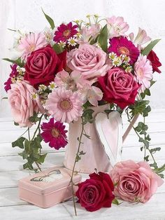 How to Plant Potted Flowers Outdoors in the Soil : Garden Space – Top Soop Flowers Nature, Fresh Flowers, Pretty Flowers, Arte Floral, Beautiful Flower Arrangements, Floral Arrangements, Pink Roses, Pink Flowers, Happy Birthday Flower