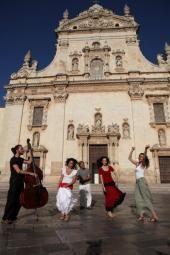 «Encardia: η πέτρα που χορεύει»: Ένα μουσικό ντοκιμαντέρ για την γκρεκάνικη γλώσσα και μουσική ΕΛΛΗΝΙΚΕΣ ΓΡΑΜΜΕΣ