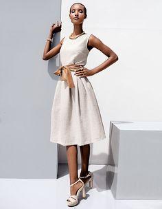 Verspielt und klassisch zugleich ist dieses Kleid aus changierender Struktur in schmeichelnder A-Linie.