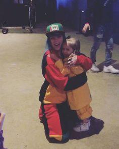 Billie Eilish meets her youngest fan girl Billie & Elsie Billie Eilish, Videos Instagram, Fc B, Rapper, Funny Videos For Kids, Her Music, Celebs, Celebrities, Shawn Mendes