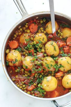 A simple and tasty dish: peas, carrots and potatoes … - Easy Food Recipes Healthy Dinner Recipes, Vegetarian Recipes, Cooking Recipes, Healthy Dinners, Plat Simple, Guacamole Recipe, Sauce Tomate, Tasty Dishes, Food Inspiration