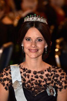 La princesse Sofia de Suède portait le diadème d'émeraudes et diamants offert par ses beaux-parents à l'occasion de son mariage, complété par une paire de boucles d'oreilles assorties