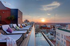 Skylounge del hotel Índigo Madrid (Gran Vía) Madrid, Outdoor Furniture, Outdoor Decor, Sun Lounger, Places To Visit, Spaces, Travel, Home, Decks