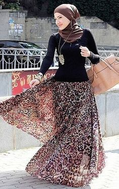 Hijab style with a bold flowing skirt. I just got a skirt similar to this thrifting but mine is an ethnic tribal print but same color scheme. Just need me a long sleeve black shirt and I am good to go! Islamic Fashion, Muslim Fashion, Modest Fashion, Hijab Fashion, Modest Dresses, Modest Outfits, Collection Eid, Hijab Abaya, Moslem