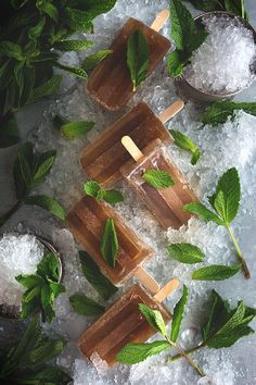 Mint Julep Popsicles by Honestly Yum and other amazing adult popsicle recipes! Ice Pop Recipes, Popsicle Recipes, Cream Recipes, Dessert Recipes, Alcohol Recipes, Frozen Desserts, Frozen Treats, Bourbon, Alcoholic Popsicles