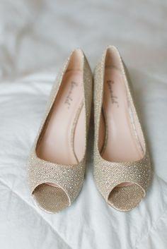 gold sparkle wedding shoes @weddingchicks