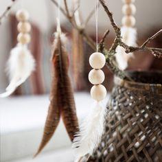 Creatief met een houten woonketting - My Simply Special noelchristmas Noel Christmas, Christmas Crafts, Christmas Decorations, Christmas Ornaments, Feather Crafts, Feather Art, Diy Xmas, Navidad Diy, Beaded Garland