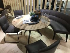 Create a circular seating area by arranging chairs and a curved bench or sofa around a round table Dinning Table With Bench, Table With Bench Seat, Round Dining Table, Table And Chairs, Banquette Bench, Kitchen Banquette, Kitchen Nook, Curved Sectional, Sectional Sofa
