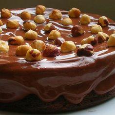 Bolo de Nutella com ganache e avelãs