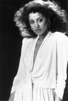Phyllis Hyman began her career as a silky voiced, jazz-influenced singer and gradually moved into slick, heavily produced urban contemporary ballads and light dance numbers. Music Icon, Soul Music, My Music, Music Notes, Phyllis Hyman, Divas, Vintage Black Glamour, Vintage Beauty, Under Your Spell