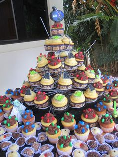Mimos e Delícias da Cris: torre de cupcakes Star Wars. Sabor baunilha invertida, doce de leite e brigadeiro com topper de glacê e forminhas compradas nos Estados Unidos!
