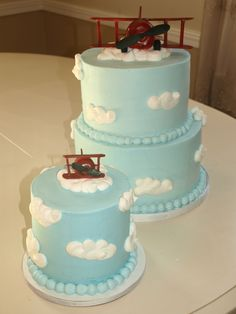 Airplane Cake First Birthday cake design inspired by invitaion. Airplane Birthday Cakes, Airplane Party, First Birthday Cakes, Airplane Baby Shower Cake, Airplane Cakes, Birthday Ideas, 2nd Birthday, Bolo Superwings, Time Flies Birthday