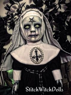 What an awesome horror doll Halloween Doll, Scary Halloween, Fall Halloween, Halloween Crafts, Halloween Decorations, Scary Baby Dolls, Creepy Dolls, Creepy Cute, Creepy Stuff