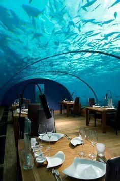 モルディブの水中レストラン。