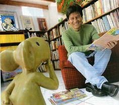 Juan Acevedo, una fotografía del gran caricaturista peruano frente a uno de sus creaciones, El cuy. (Del FB de David Vargas)