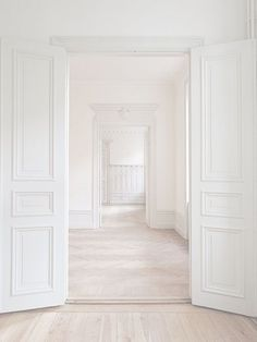 The perfect blank slate! How would you decorate the interior design of this stunning all-white space? White Rooms, White Walls, White Hallway, White Bedroom, Style At Home, Interior Architecture, Interior Design, White Space, White Houses