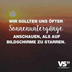 Visual Statements®️ Wir sollten uns öfter Sonnenuntergänge anschauen, als auf Bildschirme zu starren. Sprüche / Zitate / Quotes /Liebe/ Leben / Freundschaft / Beziehung / Familie / tiefgründig / lustig / schön / nachdenken