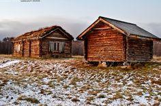 Tuvat - talo tupa rakennus hirsitupa hämärä marraskuu lumi Lappi syksy hx1.7