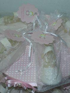 Brinde sapatinho com dezena e base de 3 andares decorativa Costum gift