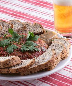 Quem tal provar um delicioso #hackepeter hoje?     Mett ou Hackepeter é um prato típico alemão feita a base de carne crua e com outros temperos fortes. Na Alemanha este prato é servido com carne de porco.    Na #Oktoberfest em #Blumenau tem, vem! ;)