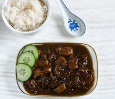 Kip in ketjap met kokos en rijst. Eet er sambal sperzieboontjes bij. Tempeh, Tofu, Asian Kitchen, Egg Rolls, Dim Sum, Asian Recipes, Stew, Slow Cooker, Chili