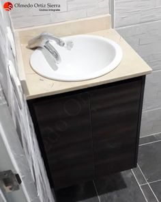 Mueble Pequeño Para Baño 🛁 Cali, Colombia 🇨🇴 ⠀ #remodelacionbaño  #mueblesdebaño #mueblesbaño #mueblesparabaño #mueblesparabaños #mueblesdebaños #mobiliariodebaño #gabinetesdebaño #mueblescali Cali Colombia, Vanity, Bathroom, Bathroom Cabinets, Small Space Furniture, Bathroom Remodeling, Dressing Tables, Washroom, Powder Room