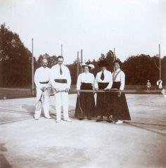 Grand Duchess Olga Nikolaevna com sua tia a Princess Irene of Prussia (born Princess of Hessen and by Rhine) e uma dama de companhia e os parceiros officers na quadra de tênis, em Spala, entre setembro e novembro de 1912.