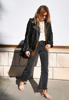 it girl - jaqueta-couro-calca-jeans-look - calça couro - meia estação - street style | A peça também é ideal para as sobreposições. Dá para usar por cima de moletons, tricots e outros complementos.