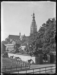 Breda - Hoek van de buitenmanage van de Koninklijke Militaire Academie gezien vanuit het noordoosten met op de achtergrond de toren van de Grote Kerk. De foto is gemaakt door Jan Pel in de periode ca. 1920-1930 - Stadsarchief Breda