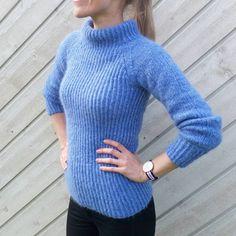 I dag har jeg vært ute og luftet mitt siste ferdige strikkeprosjekt // Wearing my latest knitted jumper  #morskosegenser #guttenogstrikkemor @guttenogstrikkemor #dropsair #madebyme #jegstrikker #strikkeinspirasjon #knittinginspiration #strikkedilla #strikk #knitstagram #instaknit