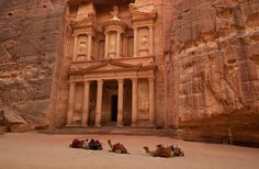 De stad Petra is volledig uitgehakt uit de roze-rode rotsen in Jordanië. De naam Petra is afkomstig van het Hebreeuwse Selai, wat rots betekend. Het is de mooiste antieke bezienswaardigheid van het midden oosten. De combinatie van natuur en architectuur gaan hier uitstekend hand in hand.
